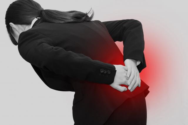 姿勢の悪さや歩き方の癖も腰痛の原因になります