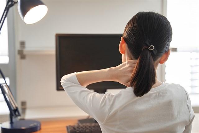 辛い首コリの症状に悩む女性