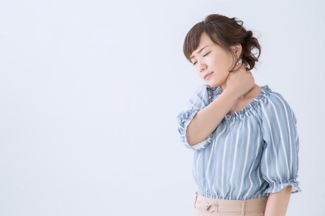頭痛や首の辛い痛みに悩む女性